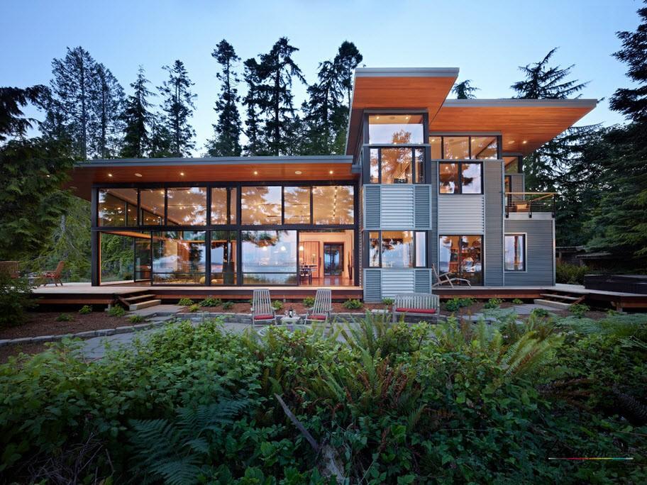 Большой дом с крупными окнами