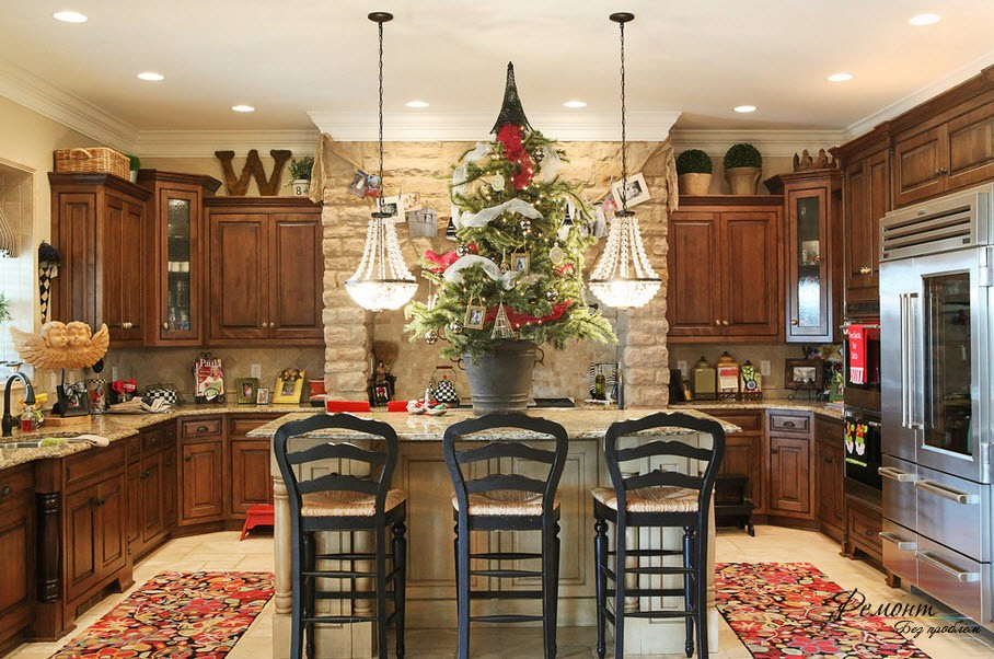 Веселый интерьеер кухни в деревенском стиле с множеством всяких ярких предметов
