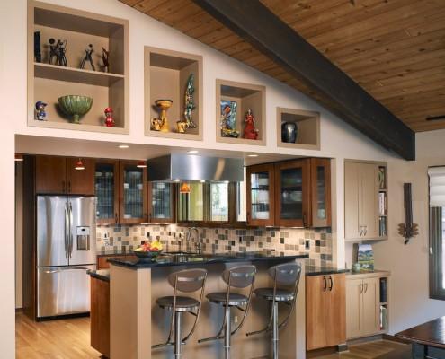 Ниши на кухне в доме из бруса