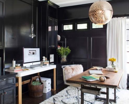 Комната с темными стенами и светлым ковром