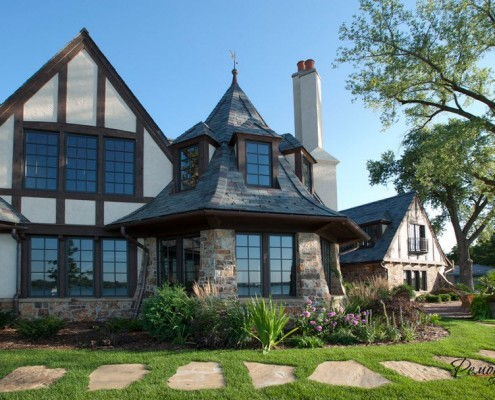 Двухэтажный дом с крупными окнами