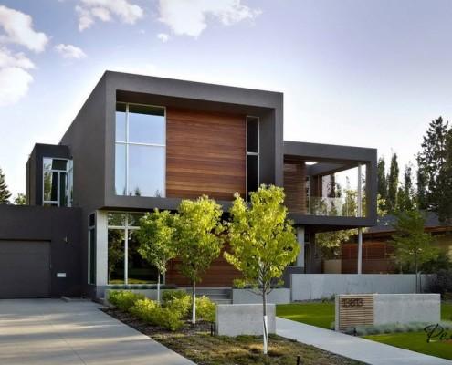 Двухэтажное строение, оформленное деревом
