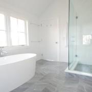 Плиточный пол в ванной