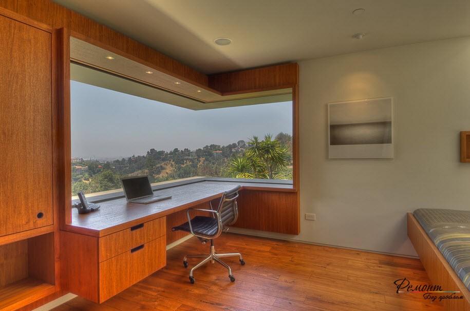 Рабочий стол у панорамного окна