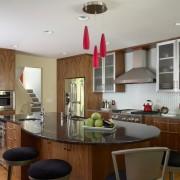 Барная стойка и стол на кухне