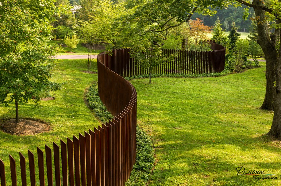 Забор изогутой формы очень оригинально смотрится