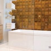 Стеклянные полочки возле ванной