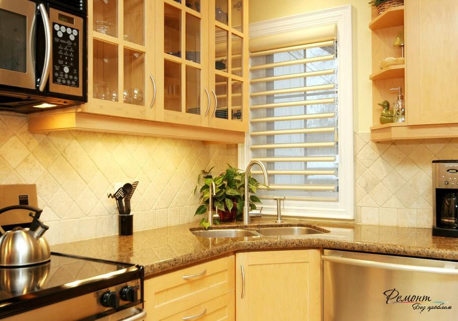 Красивый интерьер кухни с угловой мойкой