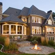 Очень красивый двухэтажный домик с оборудованной площадкой