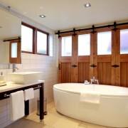 Деревянные элементы в ванной комнате