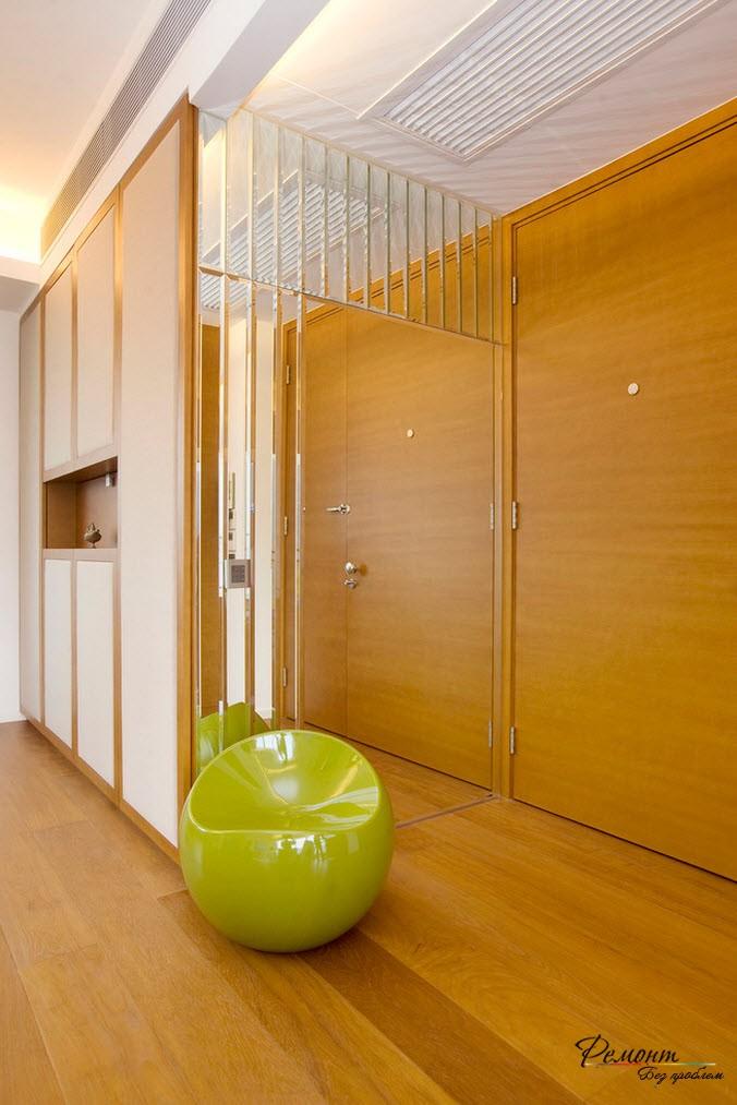 Превосходным дизайнерским решением является облицовка одной из стен зеркалами