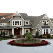 Шикарный дом с красиво оформленной площадкой с клумбой