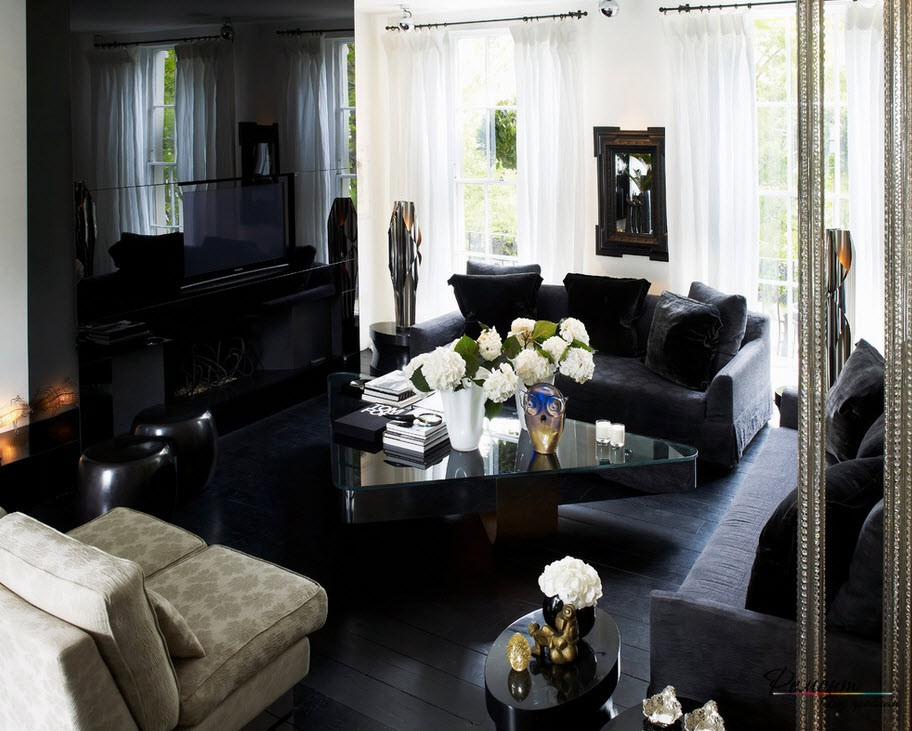 Гостиная с черной блестящей стеной