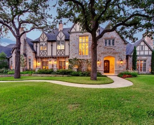 Большой дом на зеленой лужайке