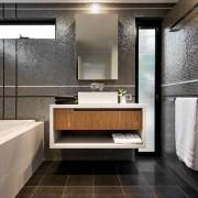 Темный цвет в интерьере ванной