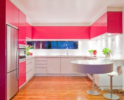 Красная круглая кухня