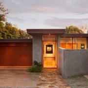 Дом с плоской крышей и каменной площадкой