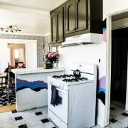 Необычный и яркий декор стен кухни