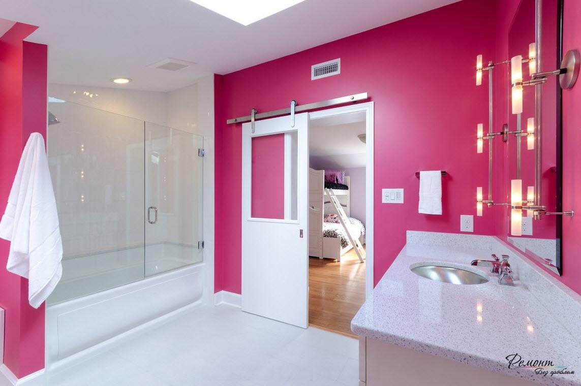 Розовые стены и белая дверь