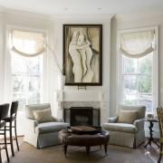 Белые стены и контрастная мебель