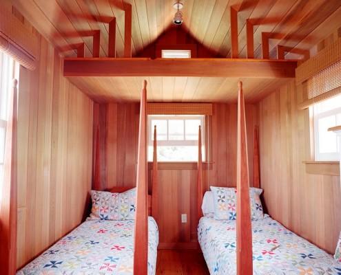 Односпальные кровати в маленькой спальне