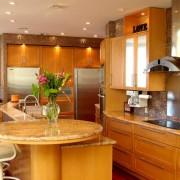 Деревянная барная стойка на кухне