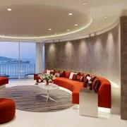 Яркая мебель в круглой гостиной