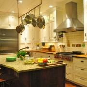 Удобная кухонная мебель с нишей