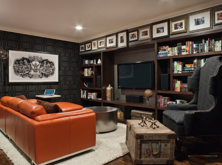 Яркий рыжий кожаный диван на фоне стены с черными обоями