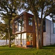 Строение с большими окнами на фоне зеленого газона