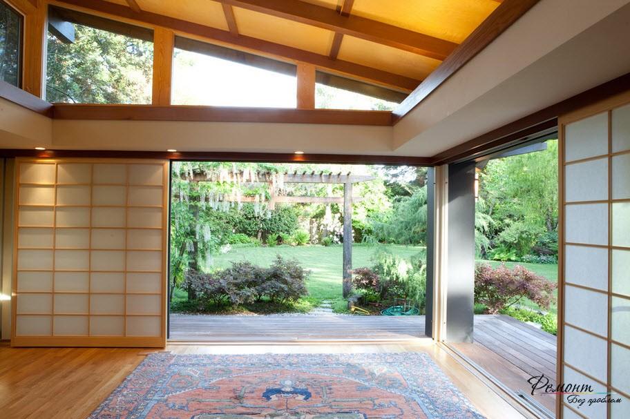 Открытые двери и пейзаж