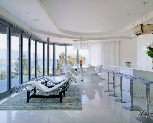 Светлая комната с панорамной стеной