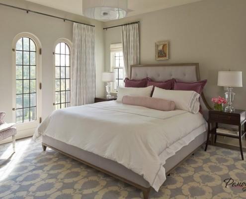 Вишнёвые и нежно-сиреневые акценты в интерьере спальни