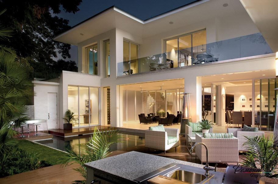 Очень оригинальный и эффектный дом с оригинальным обустройством площадки возле него