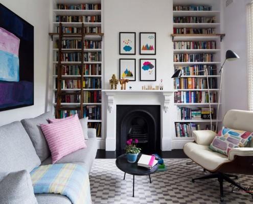 Книжные полки на белой стене