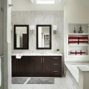 Сочетание контрастных оттенков в ванной