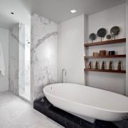 Полочки в углублении в ванной