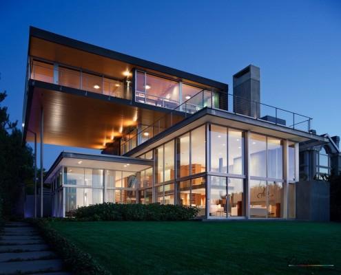 Дом с панарамными окнами и плоской крышей