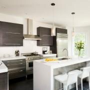 Пол венге на светлой кухне