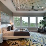 Большие окна - лучшее решение для интерьера серой спальни