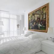 Белоснежная спальня с крупной картиной