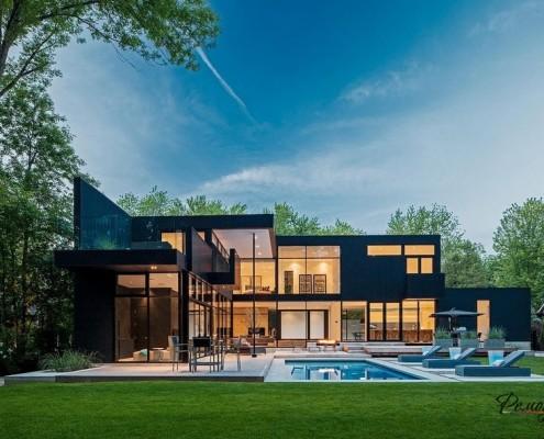 Большой дом возле бассейна