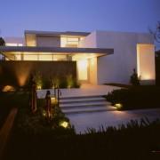 Яркое освещение дома с плоской крышей