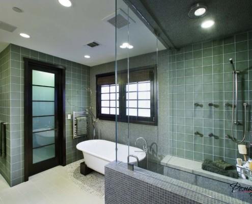 Стеклянные двери в ванной комнате