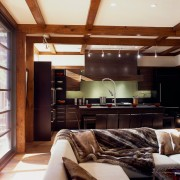Роскошный интерьер кухни с диваном
