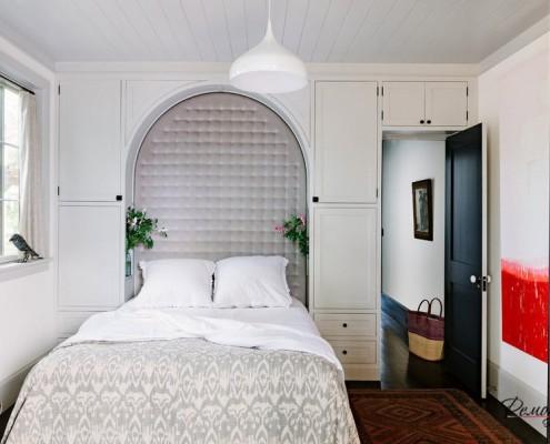 Распашные двери - тоже неплохой вариант для маленькой спальни