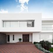 Двухэтажный белый дом
