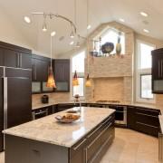Природный камень в дизайне стен кухни