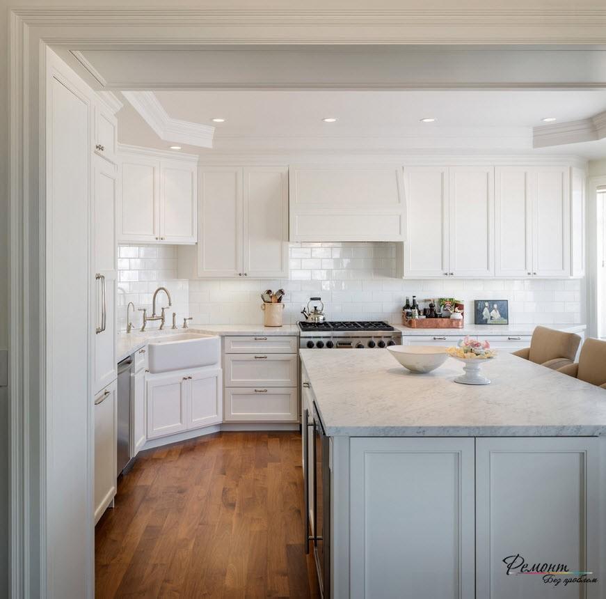 Роскошный интерьер кухни с керамической угловой раковиной