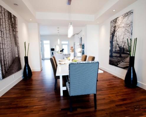 Белые стены и деревянный пол